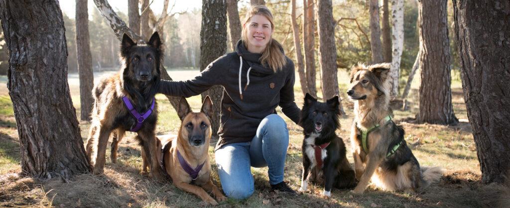 Hundetrainerin mit eigenen vier Hunden Malinois Tervueren Border Collie Schäferhund